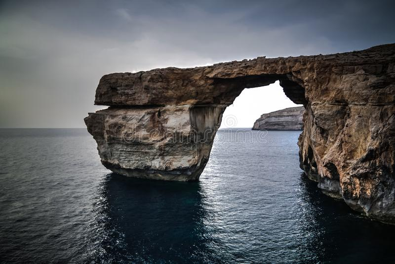 对天蓝色的窗口自然曲拱,现在消失,戈佐岛海岛,马耳他的海视图 免版税图库摄影