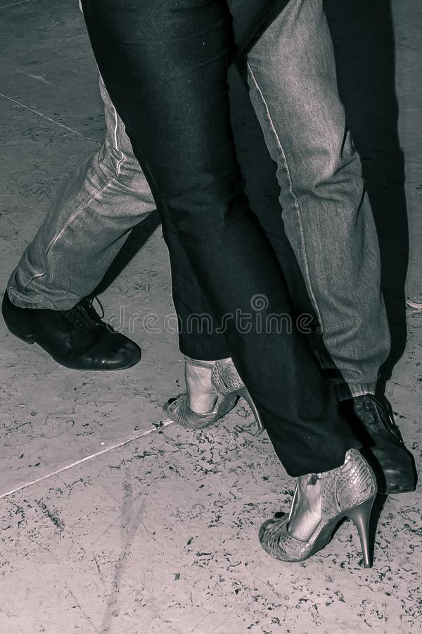 对夫妇跳舞探戈的特写镜头 免版税库存图片