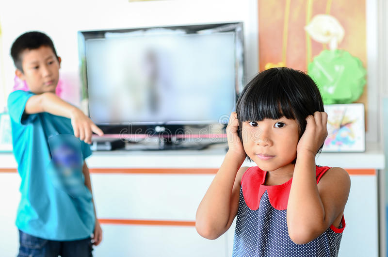 对女孩的亚洲男孩愤怒-发怒哄骗 库存照片