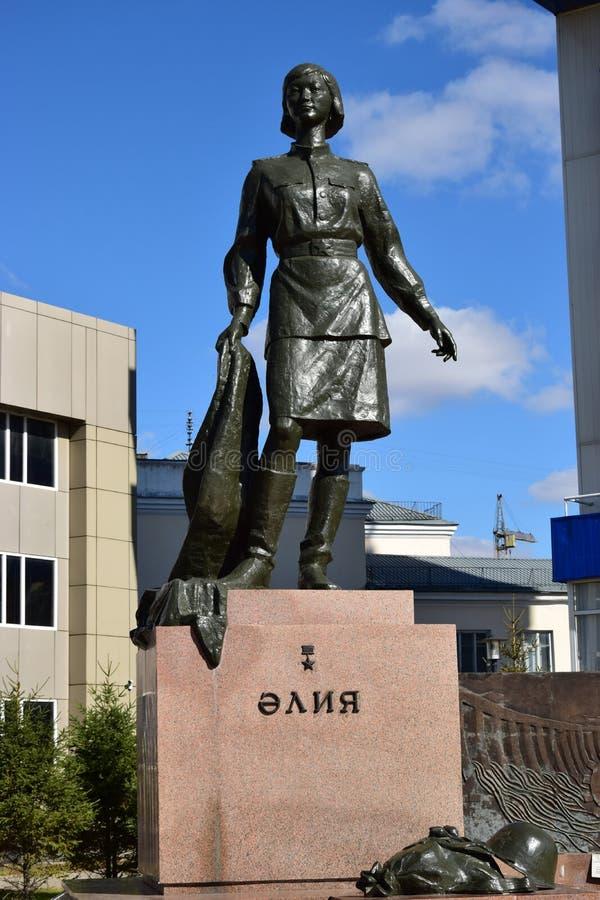 对女性战争英雄ALIA MOLDAGULOVA的纪念碑在阿斯塔纳 免版税库存图片