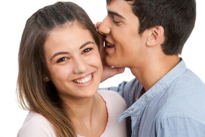 对女朋友的男朋友耳语的秘密。 库存照片