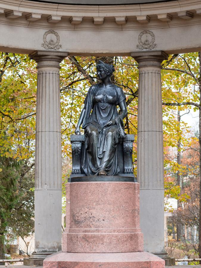 对女皇玛丽亚Fedorovna的纪念碑在Pavlovsk的Rossi亭子 免版税库存照片