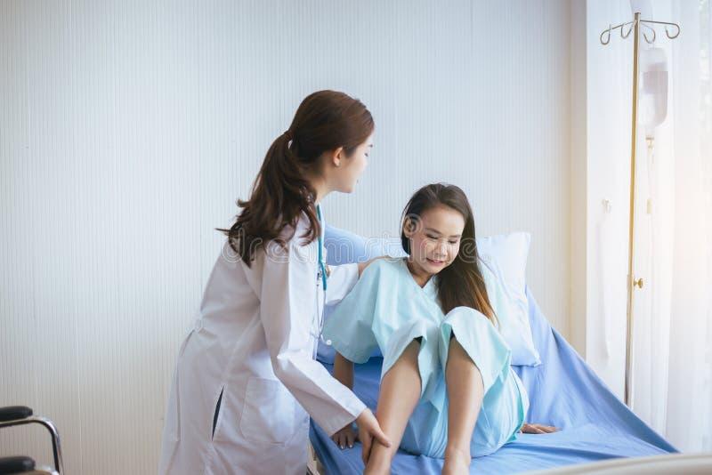 对她的患者妇女的医生支持在医院,医疗保健概念 免版税图库摄影
