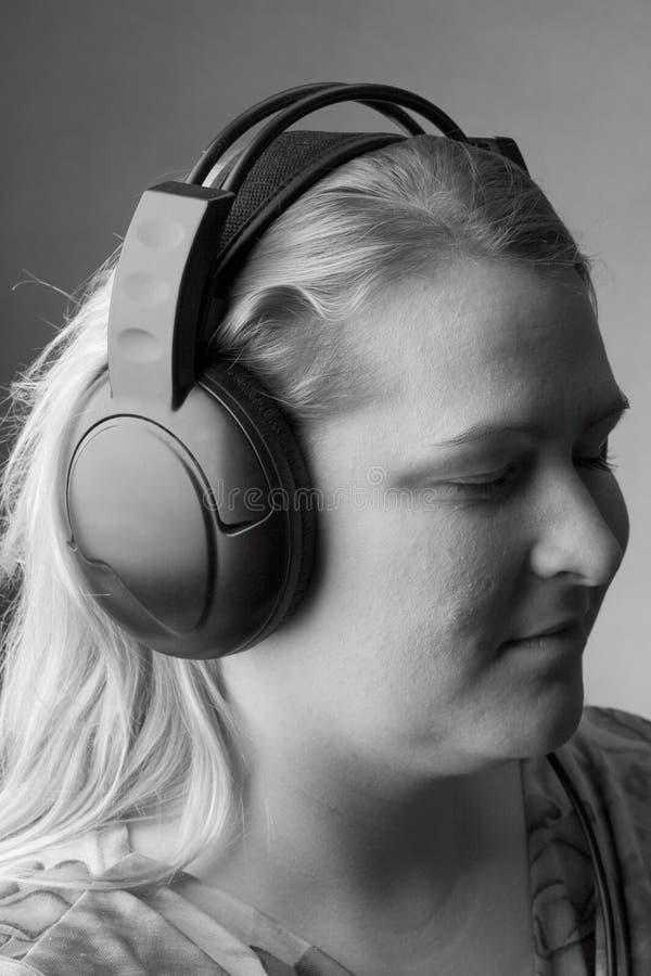 对妇女的列表音乐 免版税图库摄影