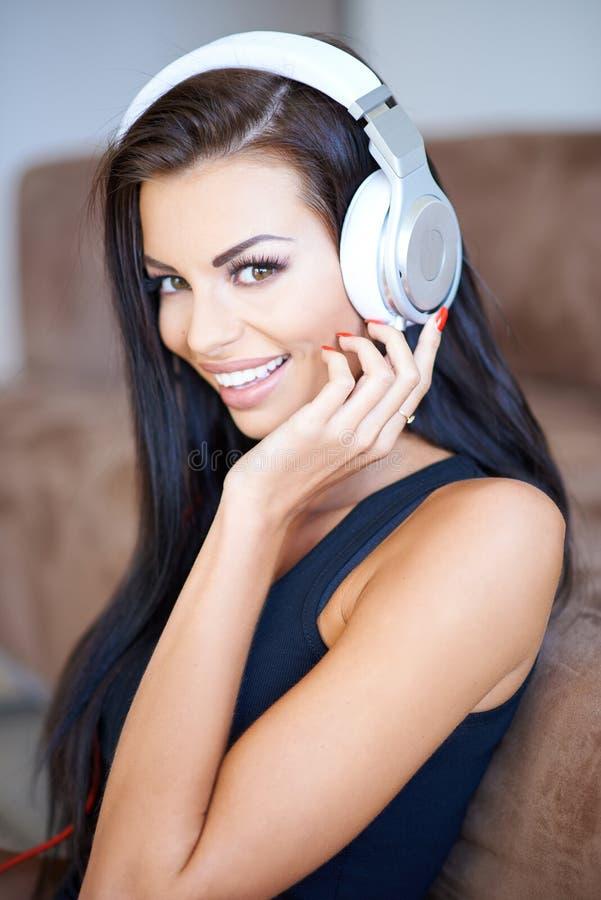 对妇女年轻人的愉快的听的音乐 库存照片