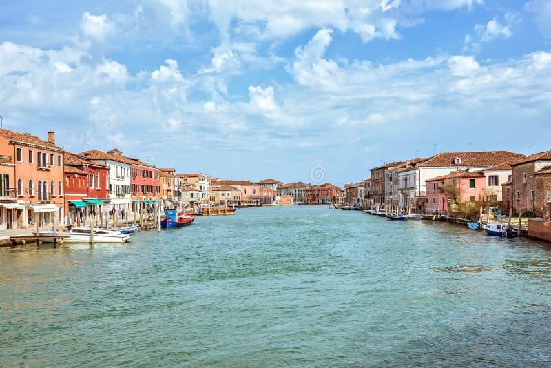 对威尼斯式盐水湖和停放的小船的白天视图 免版税库存照片