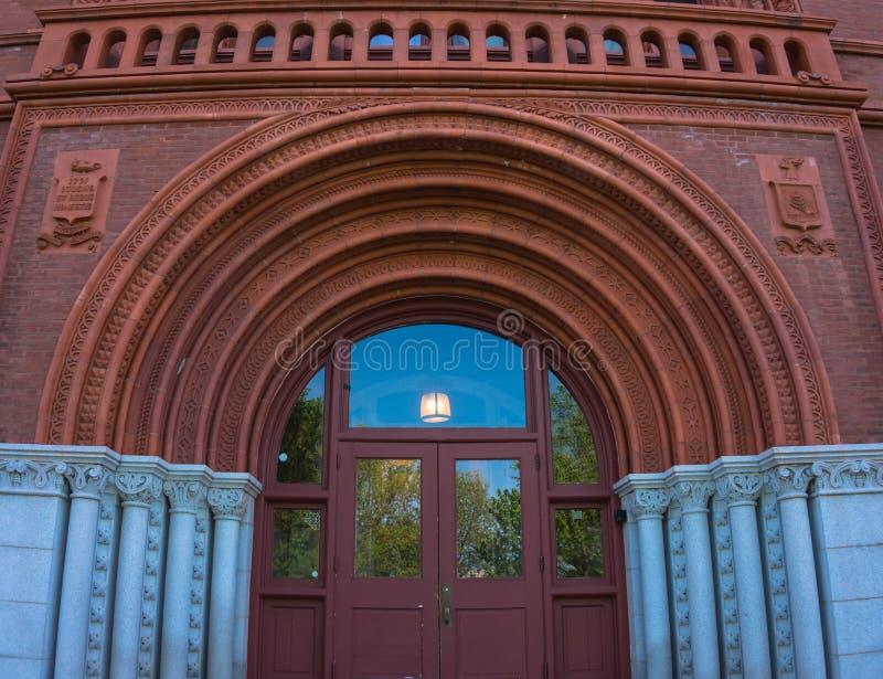对威廉斯霍尔的被成拱形的入口佛蒙特大学的 免版税库存照片