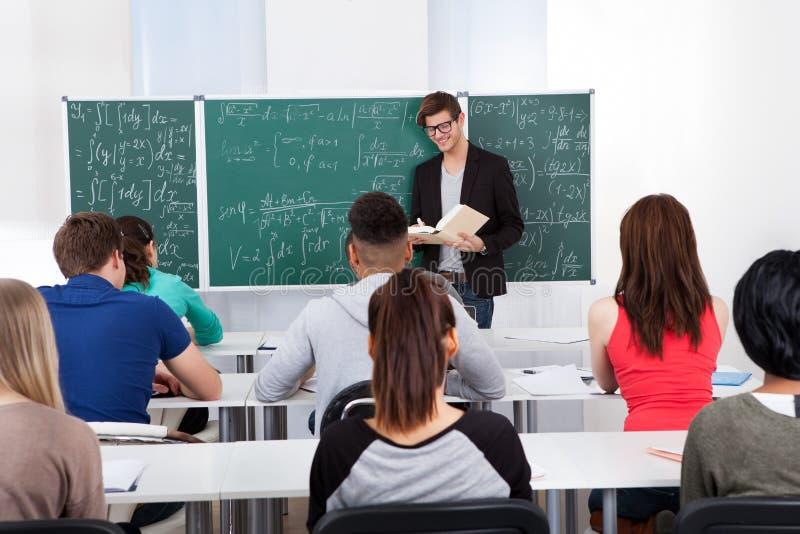 对学生的老师教的数学 免版税库存图片