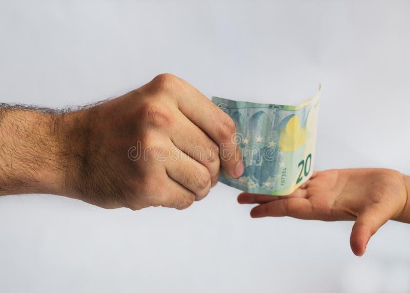 对孩子的人提供的金钱 金钱在手上 免版税库存照片