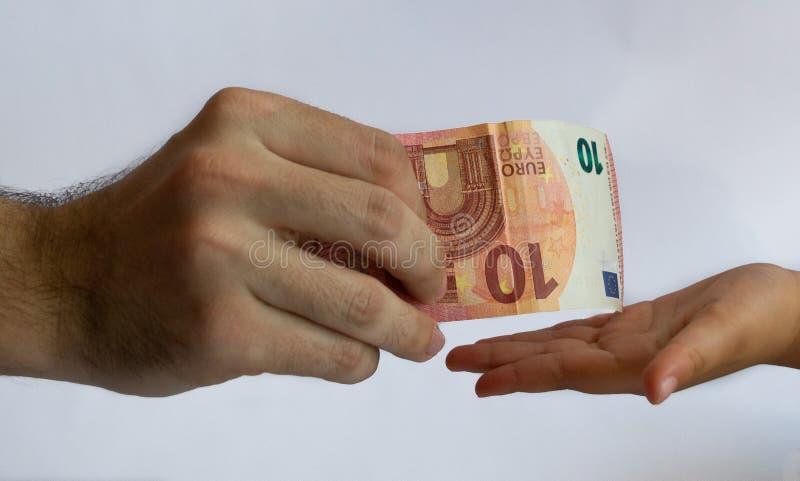 对孩子的人提供的金钱 金钱在手上 免版税库存图片