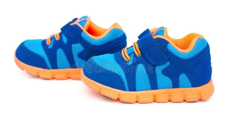 对孩子的蓝色运动的鞋子 免版税库存照片