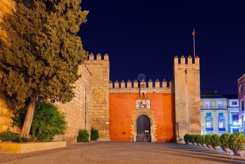 对实际城堡庭院的门在塞维利亚西班牙 免版税库存照片