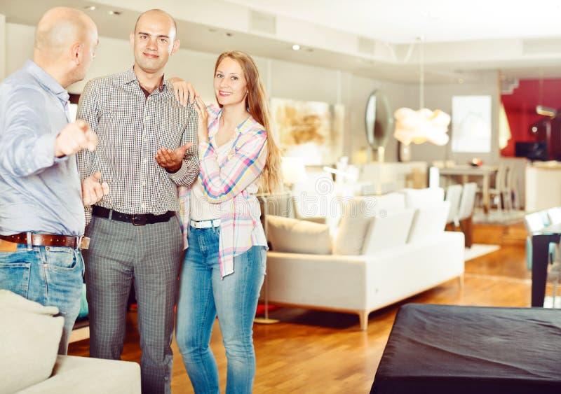 对家庭夫妇的推销员提供的家具 库存图片