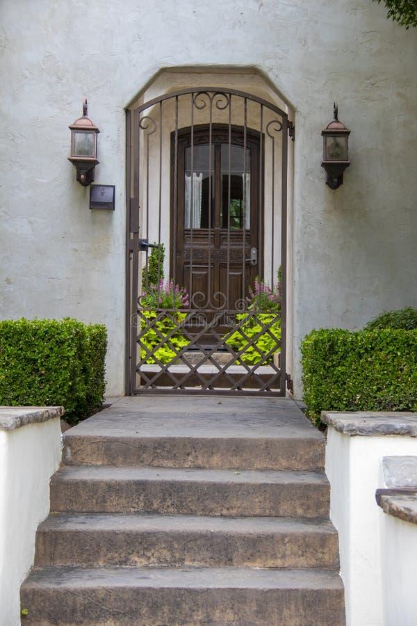 对家的入口有步的和安全门和环境美化和灯笼 免版税库存照片