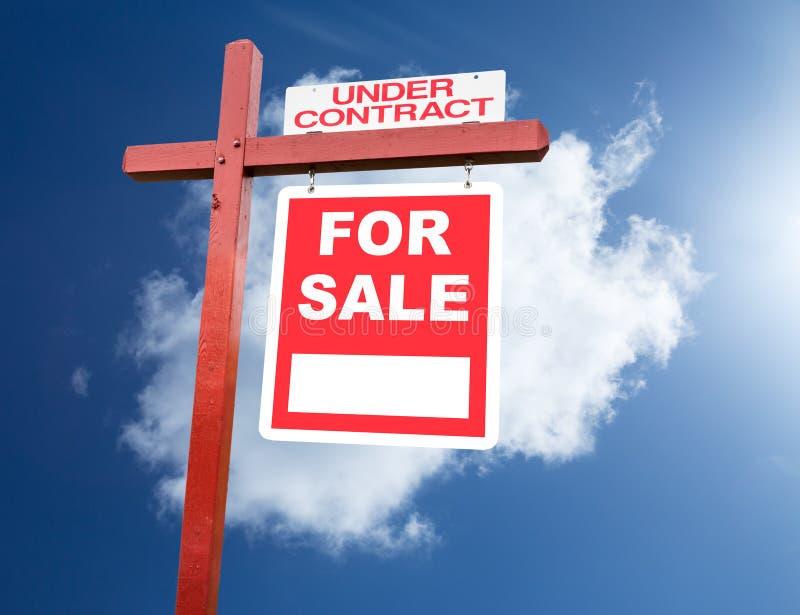 对家的销售标志在蓝天前面 免版税库存图片