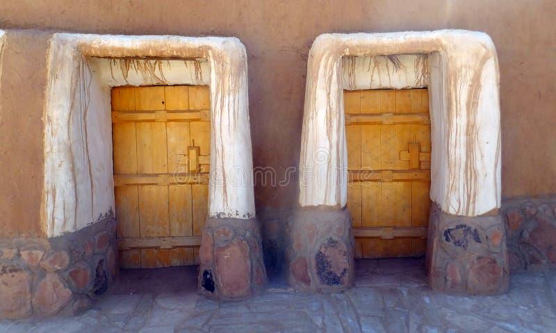 对家的门在Al Qassim,沙特阿拉伯王国镇  免版税库存照片