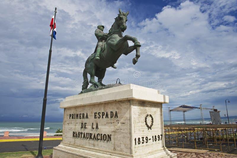 对将军格雷戈里奥Luperon的骑马雕象在普拉塔港,多米尼加共和国 库存照片