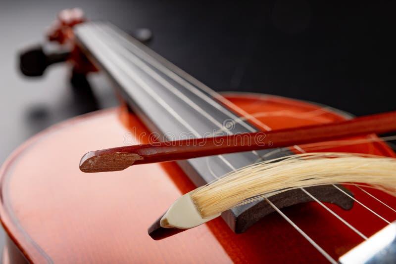 对小提琴的残破的弓 损坏的乐器 免版税库存照片