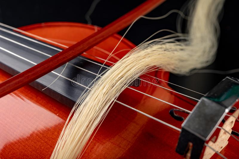 对小提琴的残破的弓 损坏的乐器 免版税库存图片