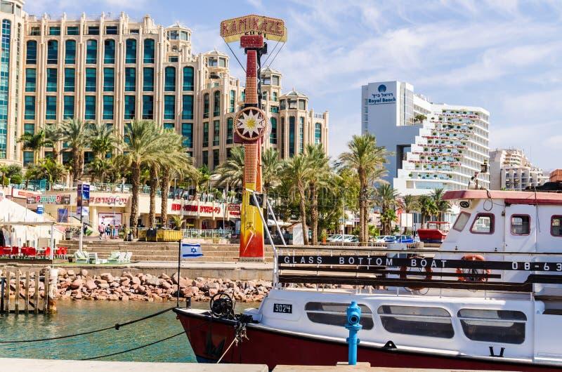 对小游艇船坞的入口,有散步,现代旅馆复合体,棕榈,小船,咖啡馆,餐馆和