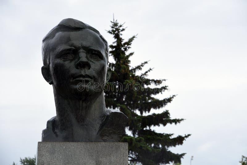 对尤里・加加林,第一位宇航员的纪念碑 库存照片