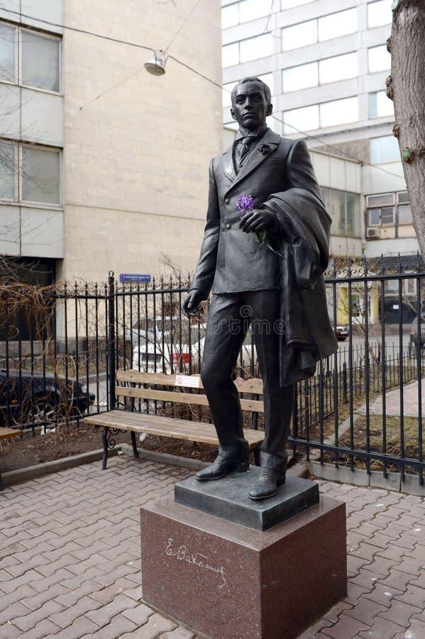 对尤金Vakhtangov的纪念碑鲍里斯Shchukin剧院学院的教育剧院的大厦的 免版税库存照片