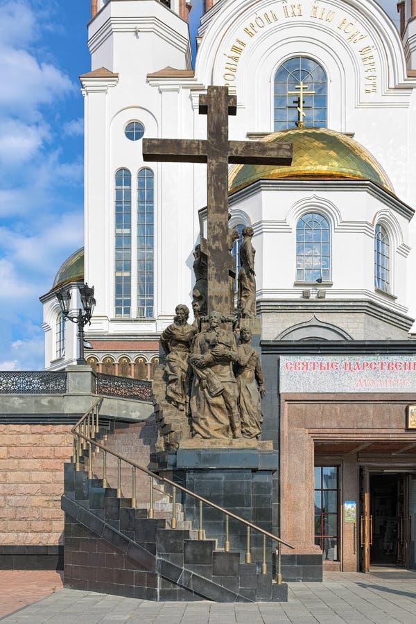 对尼古拉二世家庭的纪念碑在教会前面的血液的在叶卡捷琳堡,俄罗斯 免版税库存照片