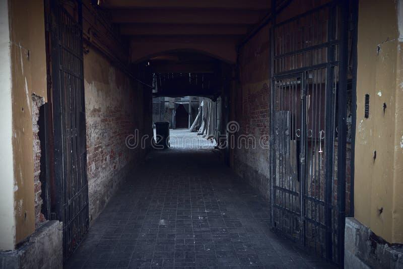 对居民住房老庭院的入口曲拱  库存照片