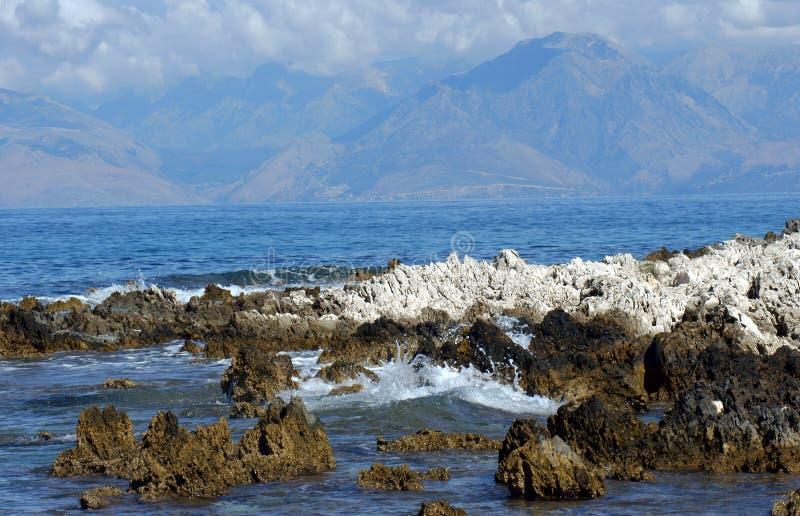 对山的看法在从科孚岛的阿尔巴尼亚 库存照片