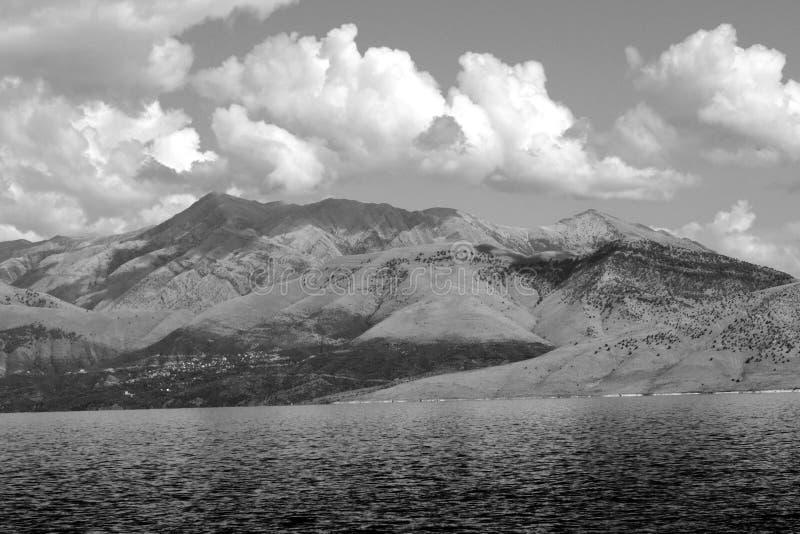对山的看法在从科孚岛的阿尔巴尼亚 免版税库存照片