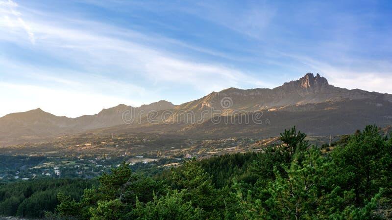 对山的看法在Alpes 库存图片