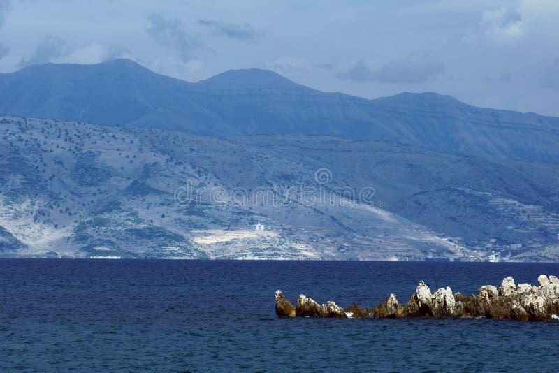 对山的视图在从科孚岛海岛的阿尔巴尼亚 图库摄影