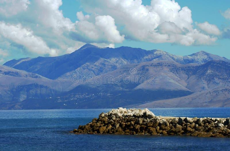 对山的视图在从Corfu海岛的阿尔巴尼亚 库存图片