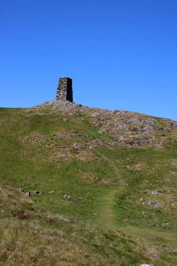 对山顶石标的小径在Hallin落,坎布里亚郡 库存图片