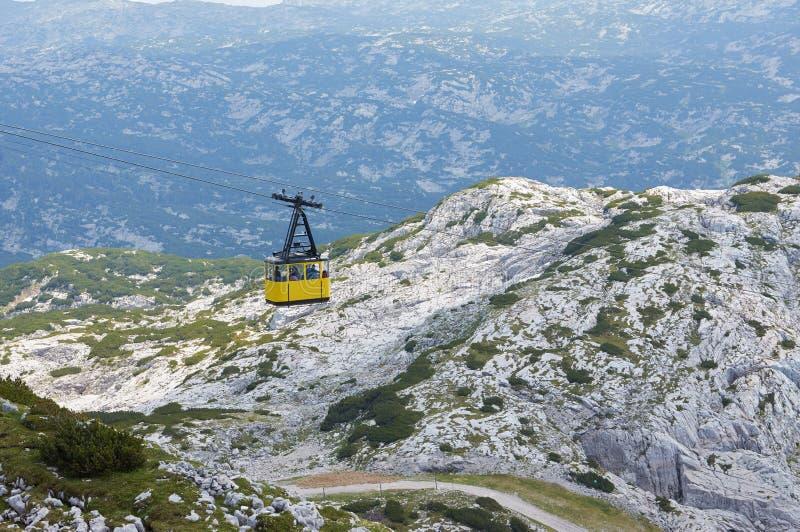 对山Dachstein的缆车在萨尔茨卡默古特地区 奥地利 中立颜色 灰色山在背景中 库存图片