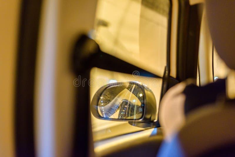 对左汽车镜子的看法从在隧道的后座 库存图片