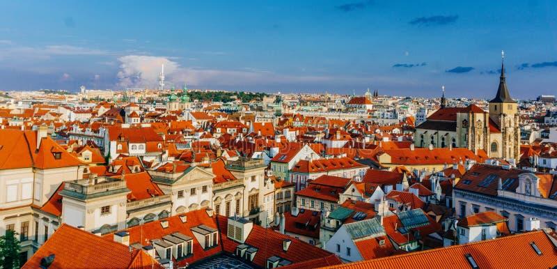 对布拉格市捷克共和国红色屋顶地平线的看法  E 免版税库存图片