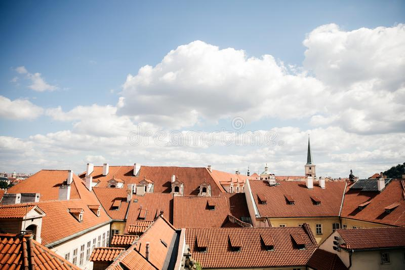 对布拉格市红瓦顶的顶视图  库存图片