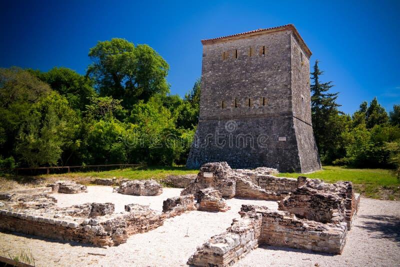 对布特林特,萨兰达,阿尔巴尼亚古镇废墟威尼斯式塔的全景  图库摄影