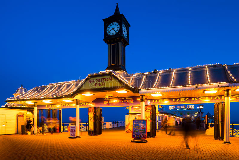 对布赖顿码头的入口在布赖顿,英国 库存照片