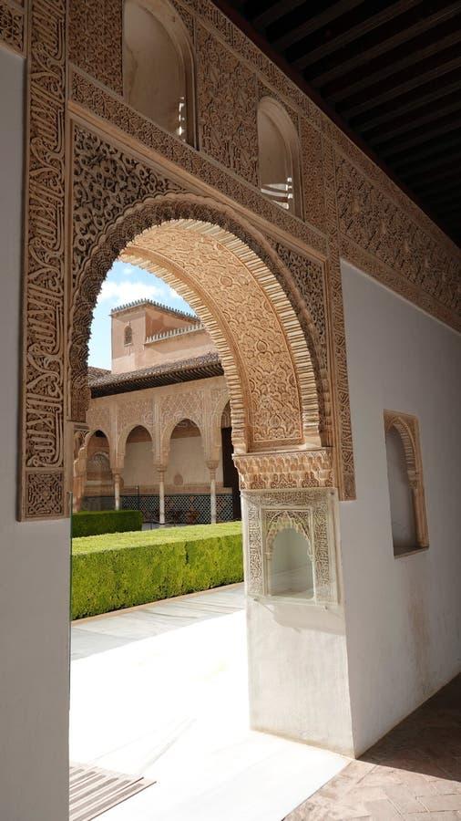 对帕拉西奥在阿尔罕布拉的Nasrid宫殿的de科马雷斯的曲拱在格拉纳达,安大路西亚 免版税库存照片