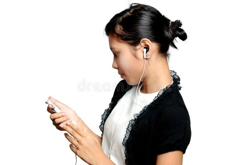 对年轻人的女孩听的音乐 图库摄影