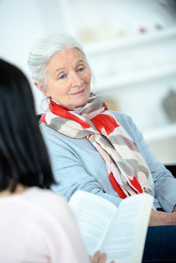 对年长妇女的阅读书 免版税库存图片