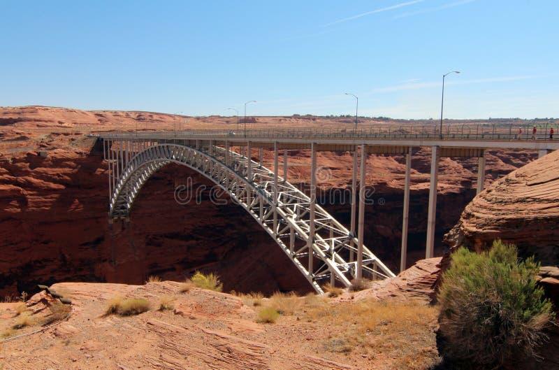对幽谷峡谷水坝的桥梁 库存照片