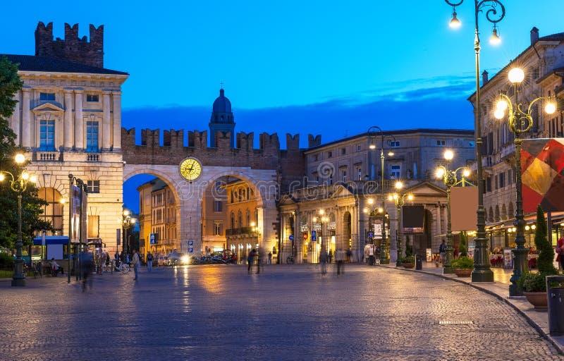 对广场胸罩的中世纪门在维罗纳在晚上 图库摄影