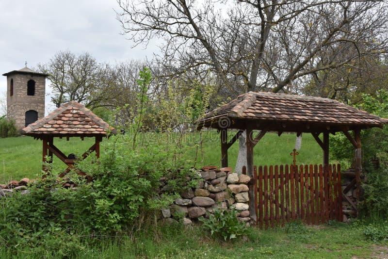 对庭院的入口教会的 库存图片