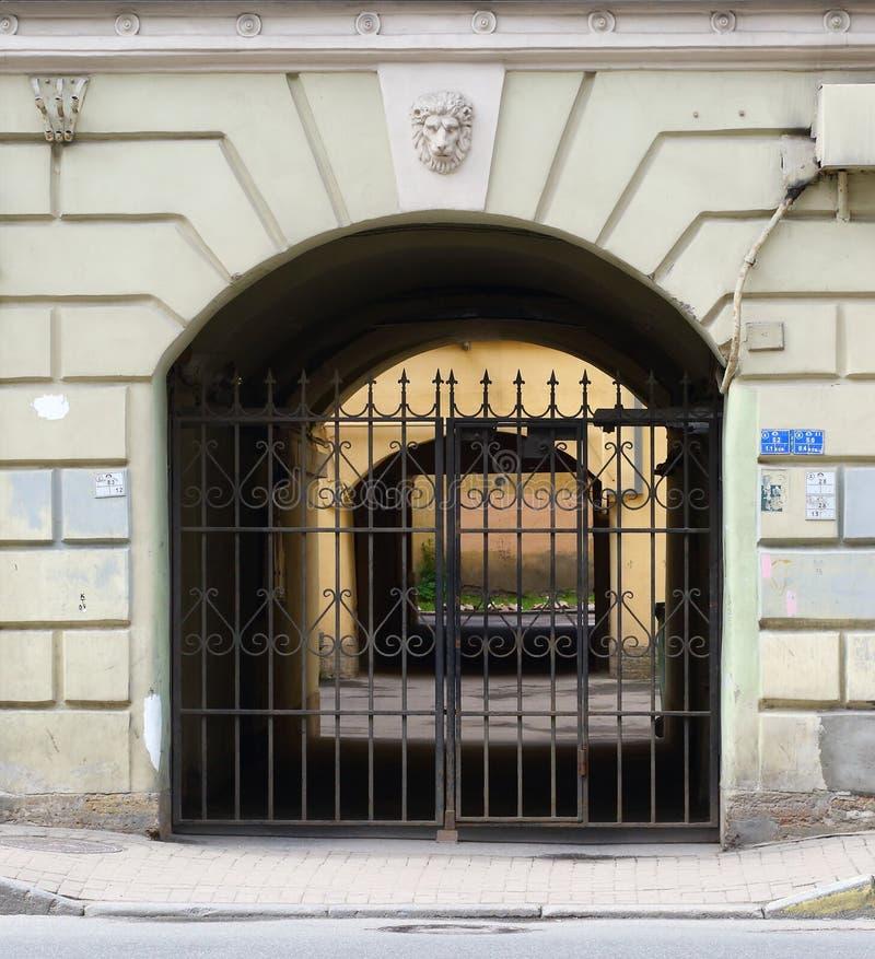对庭院的入口 库存照片