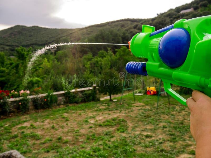 对庭院的男孩射击的水 图库摄影