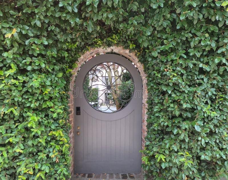 对庭院的美丽如画的入口 库存图片