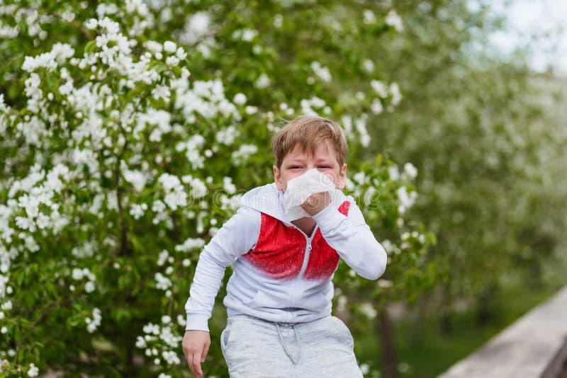 对开花,有餐巾的男孩的过敏反应在他的手上 库存照片